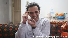 04.03.2019, Ägypten, Giza: Der ägyptische Fotojournalist Mahmoud Abu Zeid, auch bekannt als Shawkan, gestikuliert nach seiner Entlassung in seinem Haus. Shawkan hatte 2013 über die polizeiliche Auflösung eines islamistischen Protestlagers in Kairo berichtet, als er verhaftet wurde und zu fünf Jahren Haft verurteilt wurde. Foto: Mohamed El Raai/dpa +++ dpa-Bildfunk +++ | Verwendung weltweit