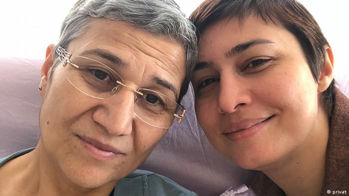 Leyla Güven hat bis jetzt 14 Kilo abgenommen. Tochter Temizkan versucht sie zu Unterstützen.
