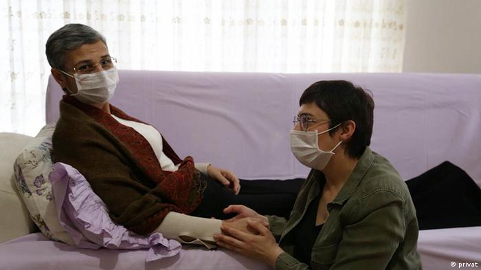 Die kurdische Abgeordnete Leyla Güven, links, war über sechs Monate lang im Hungerstreik (Archivbild)