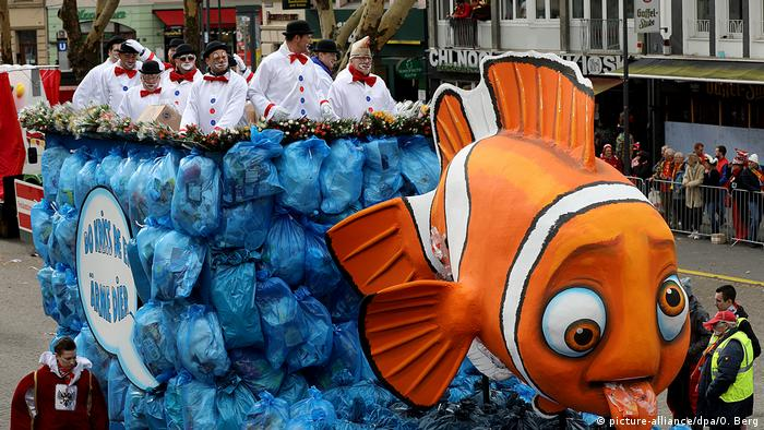 Carnival float depicting fish Nemo with plastig bags (picture-alliance/dpa/O. Berg)