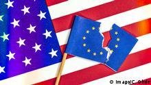 Zerrissene EU Fahne vor USA Fahne Handelsstreit zwischen USA und EU *** Ripped EU flag in front of