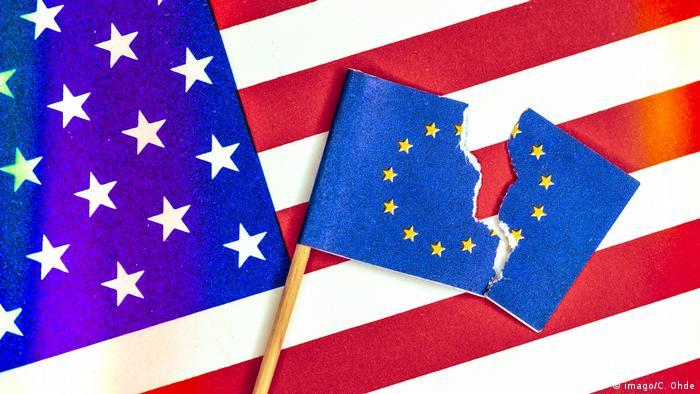 Zerrissene EU Fahne vor USA Fahne Handelsstreit zwischen USA und EU *** Ripped EU flag in front of (imago/C. Ohde)