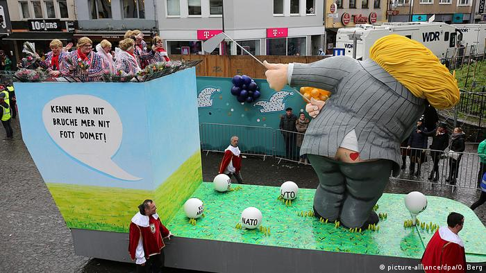 Cologne Carnival parade float: Donald Trump golfing (picture-alliance/dpa/O. Berg)