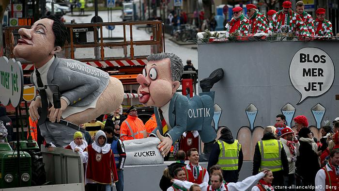 Cologne Carnival float: Politician sucking on the gas of the auto industry lobby (picture-alliance/dpa/O. Berg)