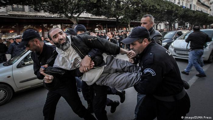 Algerien Algier - Polizei nimmt Demonstranten fest während Proteste gegen Abdelaziz Bouteflika