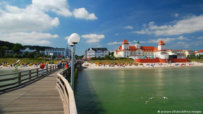 Seebad auf Rügen (picture-alliance/Arco Images)