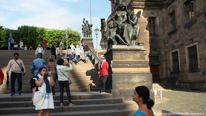Tourists in Dresden (picture-alliance/dpa/W. Steinberg)