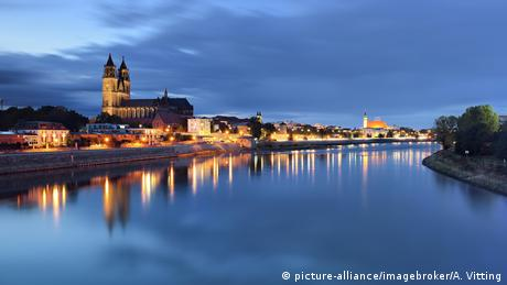 evening view over the Elbe to the festively illuminated cathedral in Magdeburg (picture-alliance/imagebroker/A. Vitting)