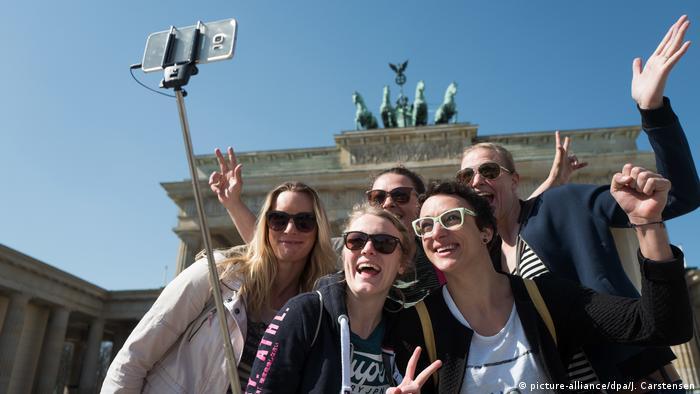 Tourists in front of Brandenburg Gate, Berlin (picture-alliance/dpa/J. Carstensen)