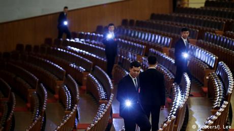 China, Peking: Sicherheitsbeamte kontrollieren den Kongress BdTD (Reuters/J. Lee)