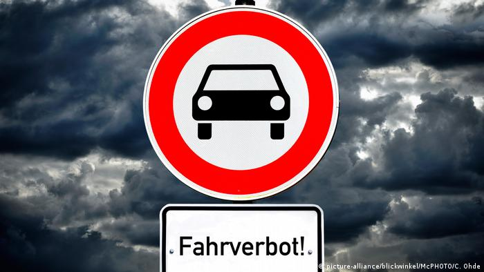 Schild Fahrverbot fuer Kfz (picture-alliance/blickwinkel/McPHOTO/C. Ohde)