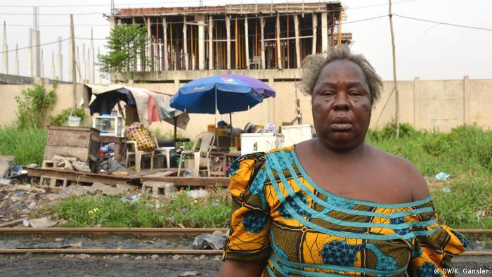 Abiye Oluwatoyin Shodele vor ihrem kleinen Verkaufsstand