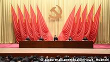 01.03.2019, China, Peking: Xi Jinping (M), Präsident von China und Generalsekretär der Kommunistischen Partei Chinas, spricht während der Eröffnungsfeier eines Ausbildungsprogramms für junge Beamte und Beamte mittleren Alters der kommunistischen Partei. Tausende von Delegierten aus ganz China treffen sich am 05. März in Peking zur jährlichen Sitzung der Legislative und des Beratungsgremiums des Landes. Foto: Xie Huanchi/XinHua/dpa +++ dpa-Bildfunk +++ |