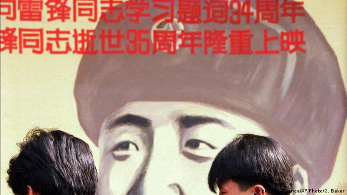 Archiv 1997 - China Peking - Filmplakat zu Lei Feng (picture-alliance/AP Photo/G. Baker)