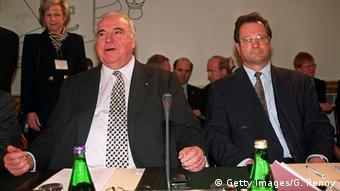 کلاوس کینکل به همراه هلموت کهل، صدراعظم پیشین آلمان