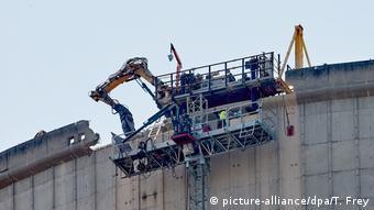 Экскаватор-разрушитель на АЭС в Мюльхайм-Керлихе