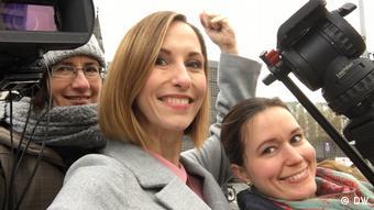 Check-in team with presenter Nicole Frölich (DW)
