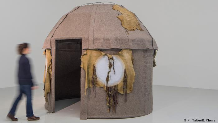 Yurt of a Nomad Woman, installation by Nil Yalter. Exile is a hard Job (Nil Yalter/E. Chenal)