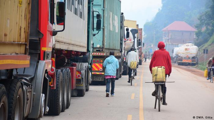 Trucks queue at Katuna on the border between Rwanda and Uganda (DW/A. Gitta)