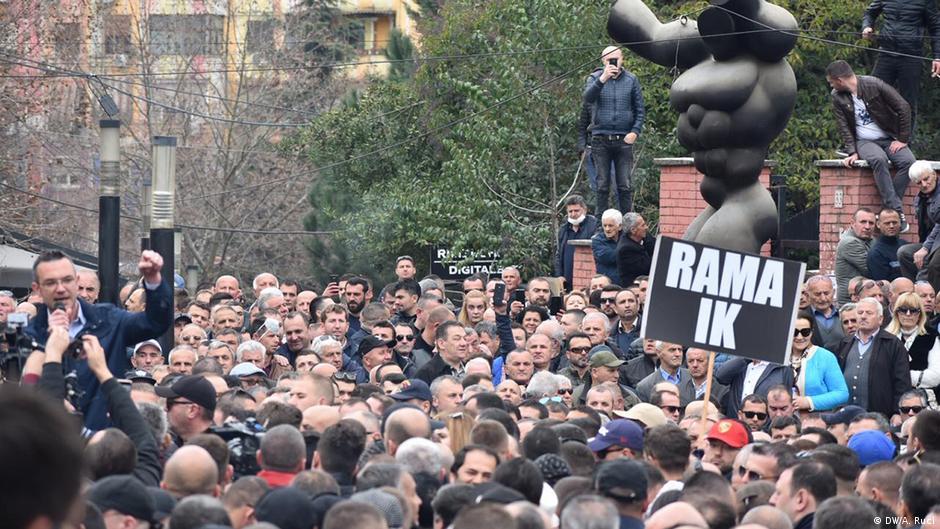 Protesta në Tiranë  Opozita kërkon qeveri tranzitore