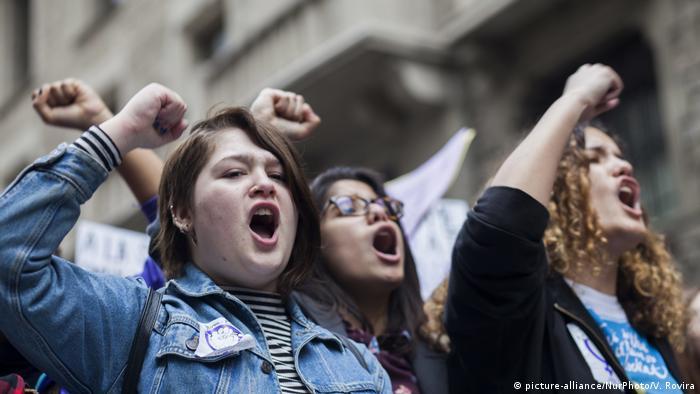 Испанские феминистки на демонстрации в Барселоне