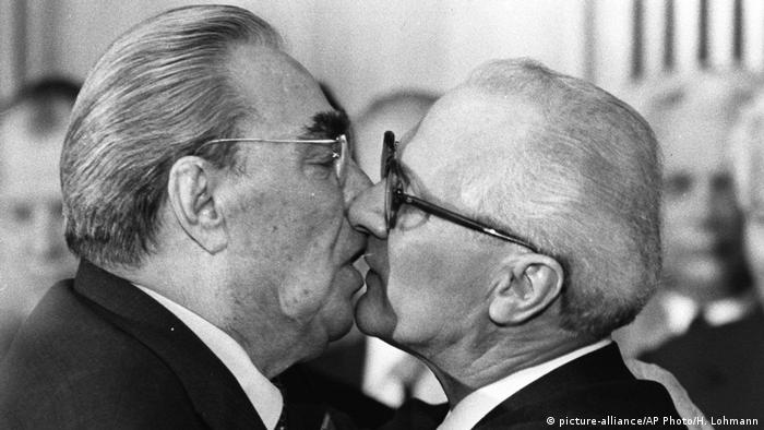 Bruderkuss zwischen Leonid Breshnew und Erich Honecker (picture-alliance/AP Photo/H. Lohmann)