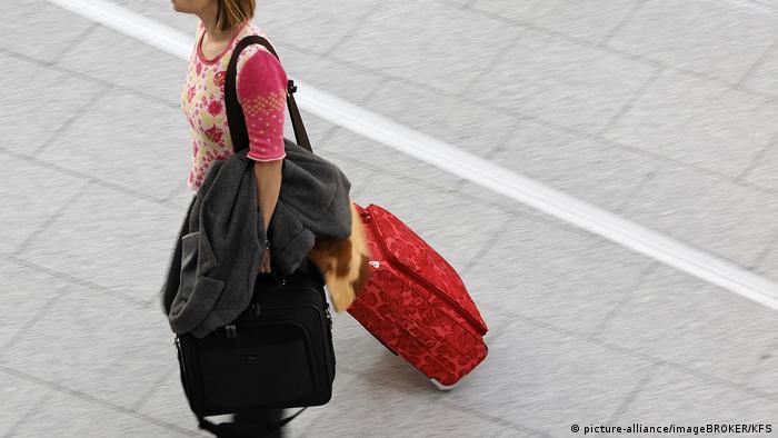 Млада жена с багаж