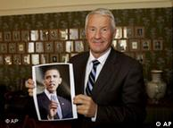 诺贝尔和平奖评审委员会主席托比儿·亚格兰手持一张奥巴马的照片