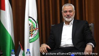 Líder do Hamas ao lado de bandeira