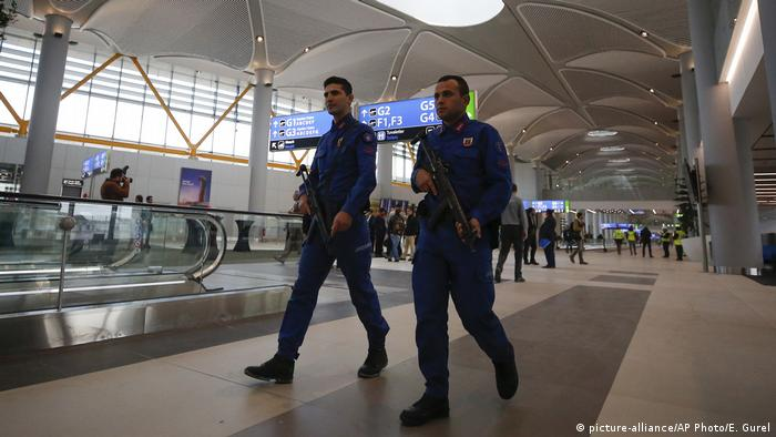 Turkish police patrolling the new airport in Istanbul (picture-alliance/AP Photo/E. Gurel)