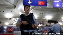 ISTANBUL, TURKEY - JULY 17: A Turkish police officer stands guard to prevent escaping of Parallel State/Gulenist Terrorist Organization's failed military coup attempt involved members at Ataturk and Sabiha Gokcen International Airport in Istanbul, Turkey on July 17, 2016. Berk Ozkan / Anadolu Agency | Keine Weitergabe an Wiederverkäufer.