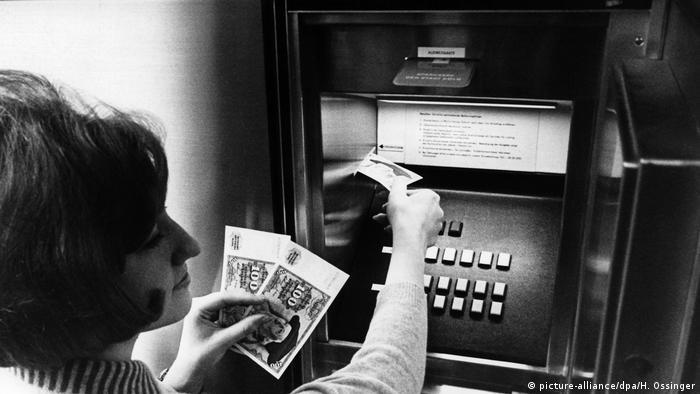 تا سال ۱۹۵۸ مردان صاحب حق تصمیمگیری در مورد زن و فرزندان بودند. حتی اگر مردی به همسر خود اجازه کار کردن میداد، رسیدگی به امور مالی و مدیریت حقوق زن با مرد بود. تا سال ۱۹۵۸ مردان میتوانستند مانع از ادامه کار کردن زن شوند. بازکردن حساب بانکی برای زنان آلمانی تا سال ۱۹۶۲ بدون اجازه مرد ممکن نبود.