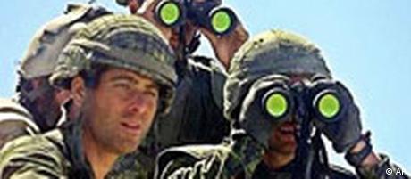 Amerikanische Soldaten mit Fernrohr in Afghanistan (AP)