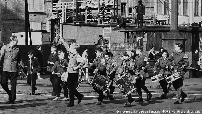 Children playing music in a Leipzig street parade, 1960 (picture-alliance/dpa-Zentralbild/OPB-Mai Fotothek Leipzig)