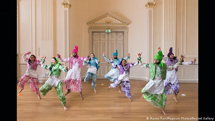 Indische Tänzer in bunten Gewändern (Martin Parr/Magnum Photos/Rocket Gallery)