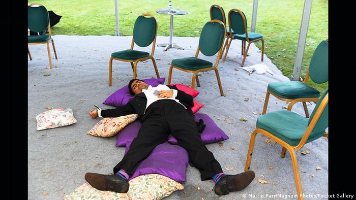 Schlafender Mann auf Kissen (Martin Parr/Magnum Photos/Rocket Gallery)