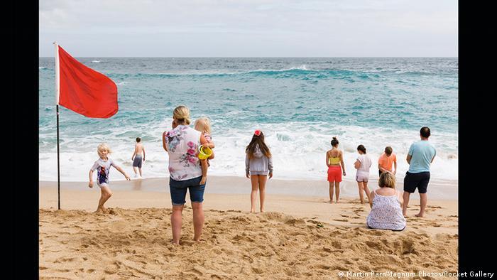 Sommerfrischler am Strand, an dem die rote Fahne weht (Martin Parr/Magnum Photos/Rocket Gallery)