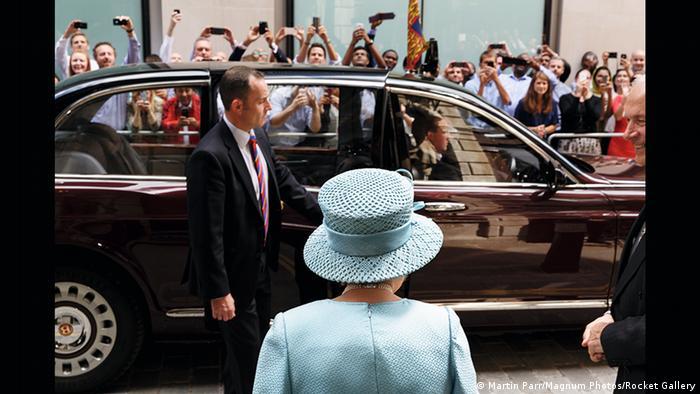 Die Queen betrachtet ihr knipsendes Volk (Martin Parr/Magnum Photos/Rocket Gallery)