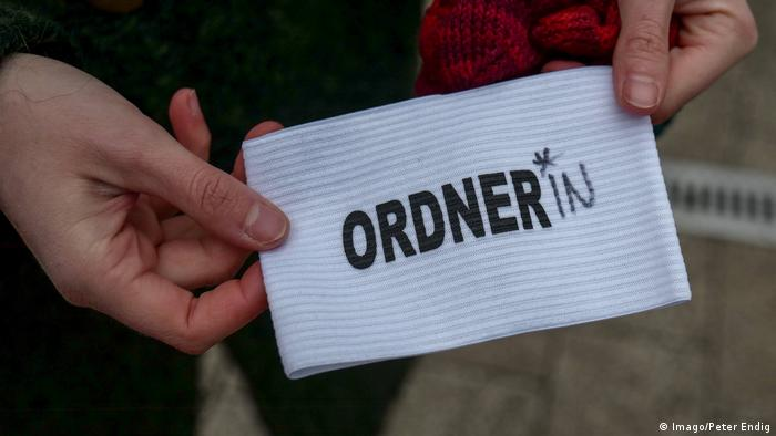 A gender-neutral armband for a marshal (ordner*in) at demonstration in Leipzig