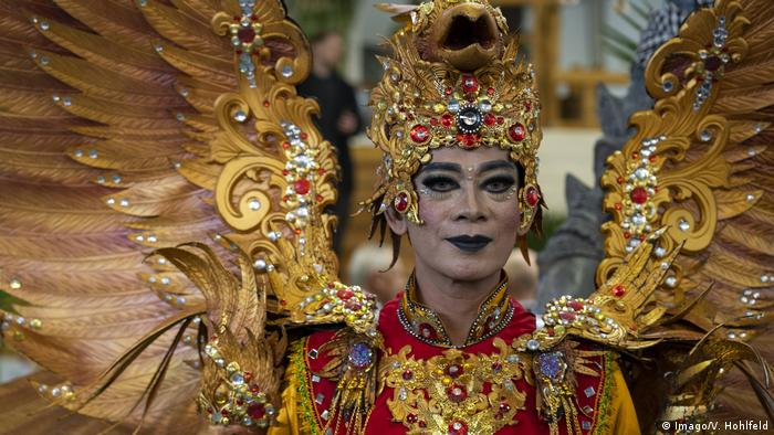 A person wearing a colorful outfit at the Indonesian stand at ITB Berlin 2019 (Imago/V. Hohlfeld)  - 47805790 303 - Coronavirus updates: WHO praises Italy for its 'genuine sacrifices'  - 47805790 303 - Coronavirus updates: WHO praises Italy for its 'genuine sacrifices'