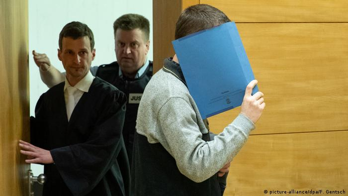 A picture of the accused Klaus O. at a court in Bielefeld, Germany (picture-alliance/dpa/F. Gentsch)