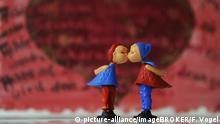 Symbolbild - Küssende Figuren, Symbolfoto Liebe, Partnerschaft, Ehe