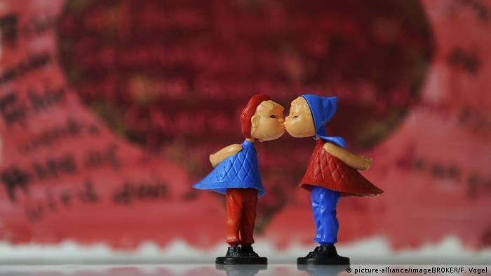 Kleine Plastikfiguren in rot und blau geben sich ein Küsschen (Foto: picture-alliance/imageBROKER/F. Vogel)