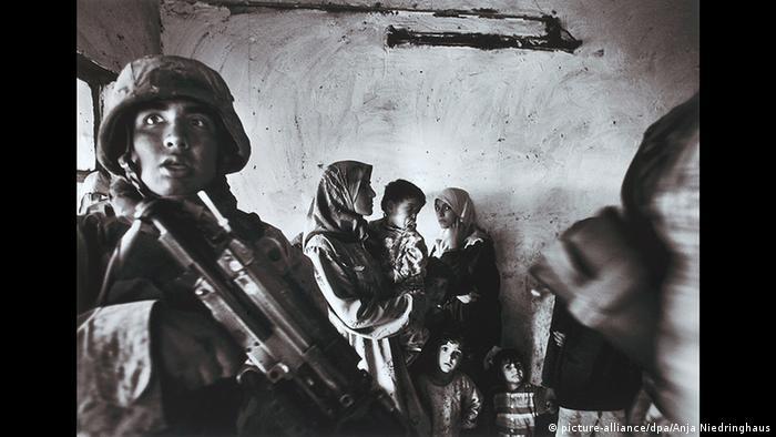 Kindersoldat im Irak, fotografiert von Anja Niedringhaus(picture-alliance/dpa/Anja Niedringhaus)