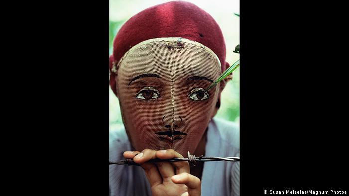 Hinter einer Maske versteckt ein Kämpfer im Bürgerkrieg von Nicaragua sein Gesicht, Foto von Susan Meiselas (Susan Meiselas/Magnum Photos)