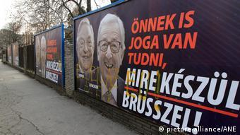 Плакаты с изображением миллиардера Джорджа Сороса и главы Еврокомиссии Жан-Клода Юнкера