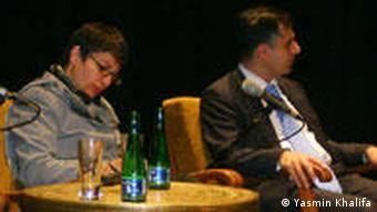 دکتر پیام اخوان، در جلسهای با موضوع «جنایت علیه بشر در ایران» در برلین، ۱۰ اکتبر ۲۰۰۹. در سمت چپ او شادی صدر، وکیل و مدافع حقوق زنان نشسته است.