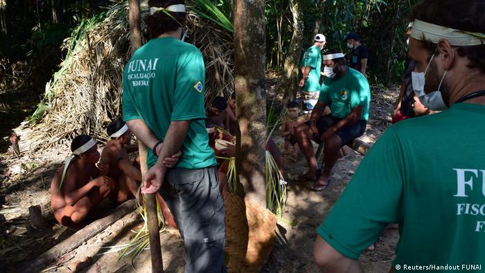 Funcionários da Funai e indígenas no Vale do Javari, em foto de 30 de outubro de 2015
