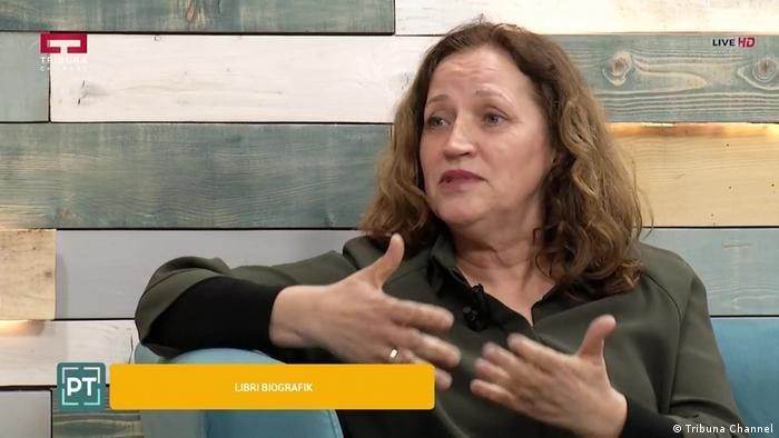 Videostill Feride Berisha albanische Verlegerin Interview Tribuna Channel (Tribuna Channel)