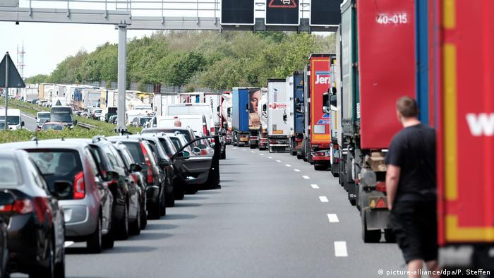 A rescue corridor on the German autobahn (picture-alliance/dpa/P. Steffen)